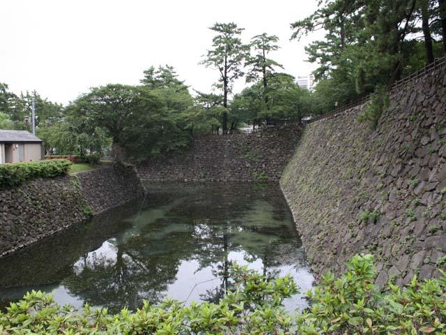 記念館に隣接して小倉城趾がある