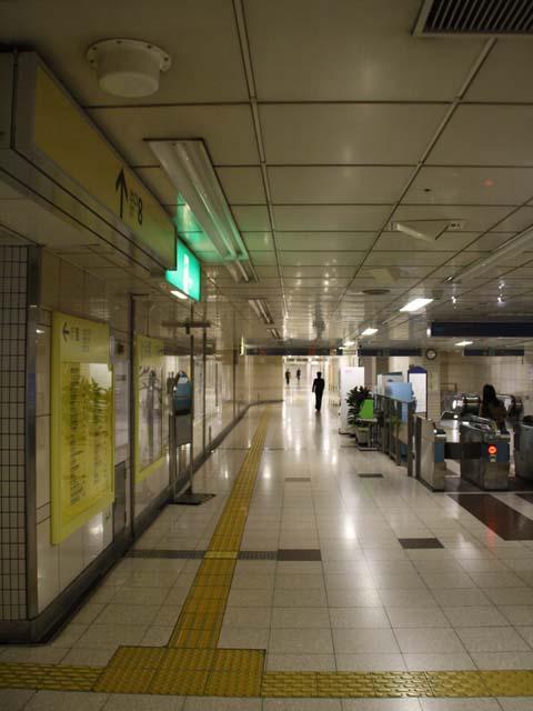 節電中の地下鉄駅