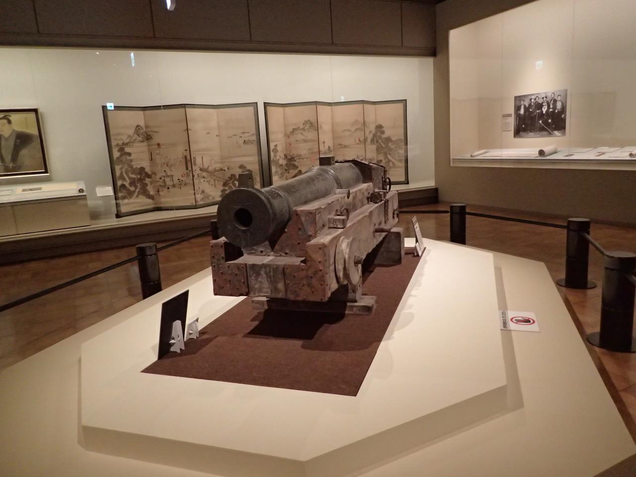 ドラマの展開に応じた構成で、歴史資料が配されている。写真は下関戦争で使用された大砲