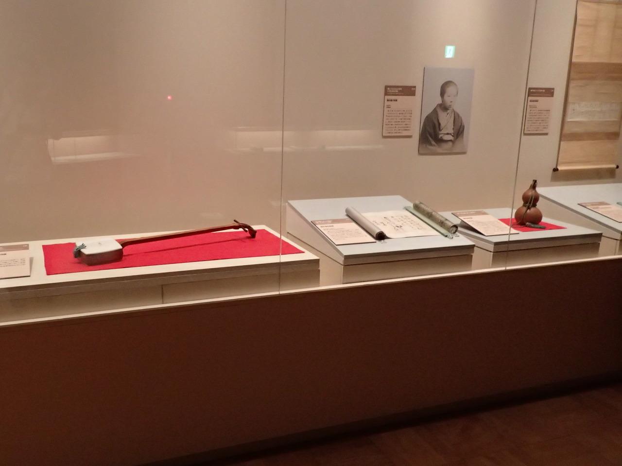 高杉晋作所用と伝えられる道中三味線(ケース左側)は東京会場のみの展示